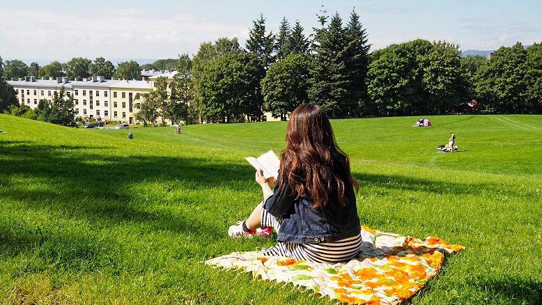 公園で読書を楽しむリサさん